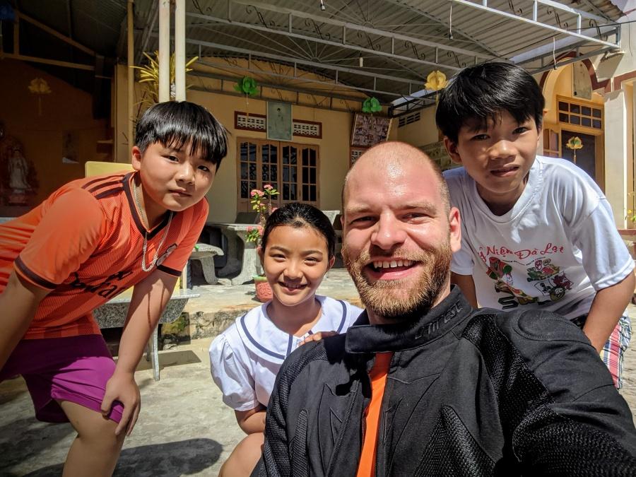 Vietnamese kids at the Vinh Hy Pagoda